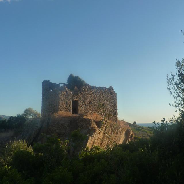 Paysage à découvrir autour de la location de villa dans le golfe de Liscia, dans le maquis corse, un paillet en ruine au coucher du soleil