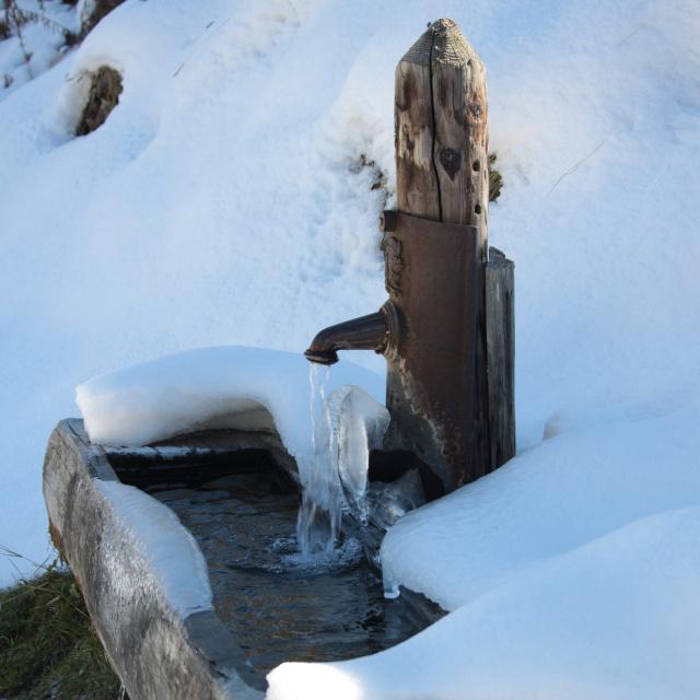 Fontaine sous la neige autour de Névache dans la vallée de la Clarée