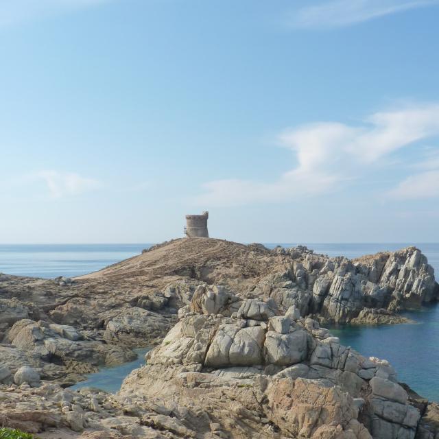 Une tour génoise en corse du sud ou se trouve la location de maison.